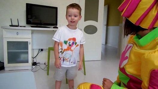 Раскрашиваем футболку с Симкой _ DIY _ Фиксик в гостях у Клима Всем привет и…