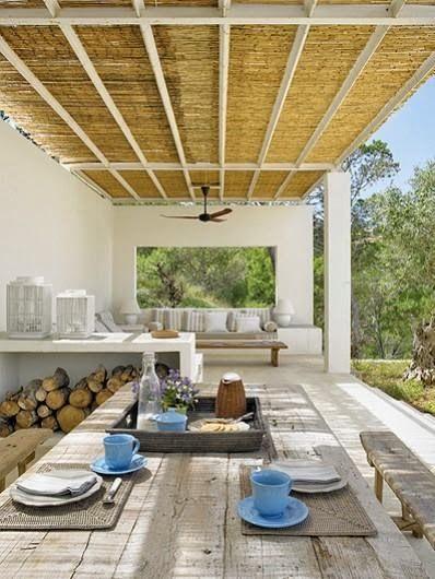 Concepto de porche. Zona de sofas de obra. Zona de comer con mesa madera. Muro final con ventana que encuadre monte toro. La cubierta quizas mejor solida