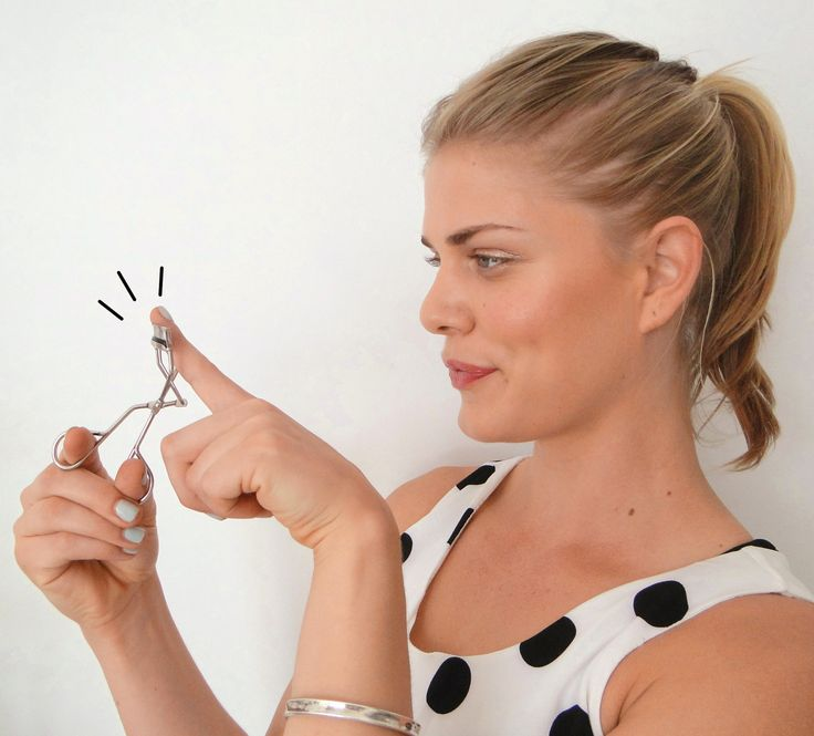 Lash Curling XXX! Try this technique with your lash curler if you're obsessed with the longest-looking lashes possible! Click twice on the picture for the printable photo tutorial!