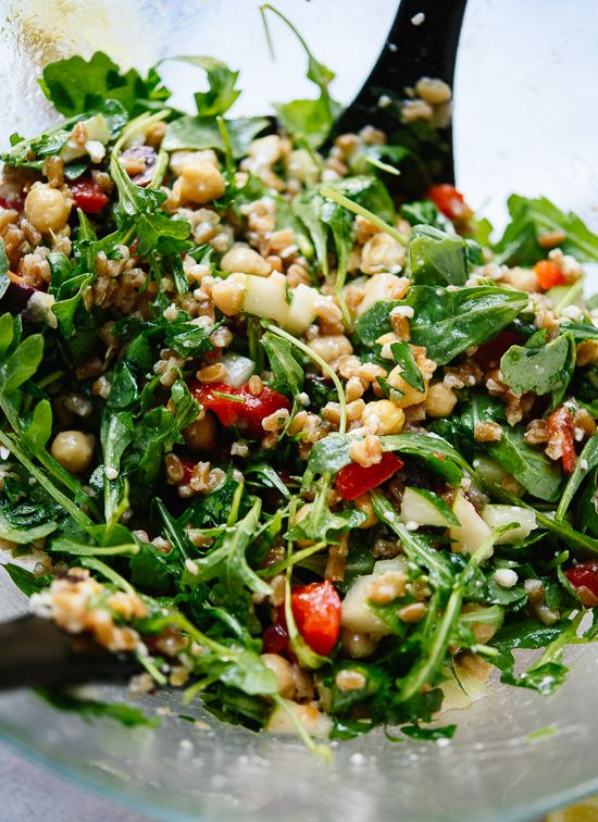 This colorful Greek Arugula Farro Salad features bold Mediterranean flavors tossed with lots of fresh greens and warm whole grains. cookieandkate.com
