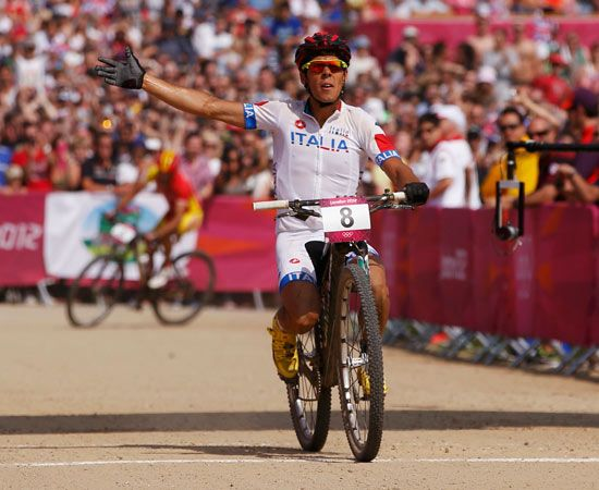 Marco Aurelio Fontana perde il sellino durante la finale di mountain bike e arriva al terzo al traguardo seduto sulla ruota.