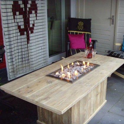 Steigerhout tafel met gashaard, een gezellige robuuste tafel voor binnen en buiten. Een extra gezellige tafel van Rustikal.