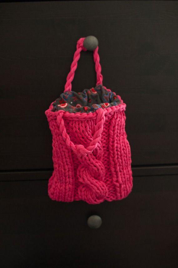 Petit sac à main tricoté en grosse maille fushia . Doublé en tissu assorti petit velours. Dimensions: 24 cm de hauteur x 15 cm de largeur. Convient aussi bien à une petite fille qu'à sa maman.