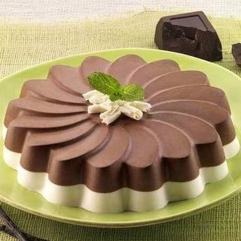 Crema de vanilie si cacao - usor de preparat, pusa in evidenta de forma din silicon ca o margareta