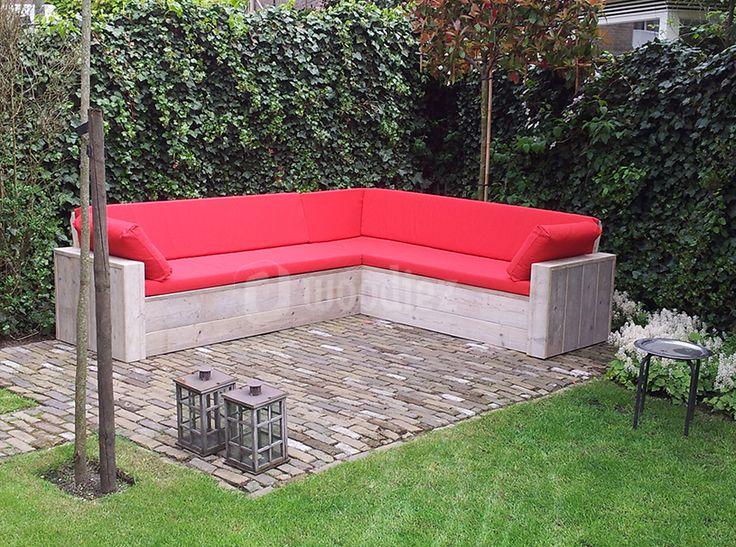 WOODIEZ | Mooie steigerhouten hoekbank met rode kussens. #steigerhouten #hoekbank