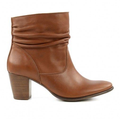 Onmisbare key items voor komend modeseizoen: korte bruine laarzen. De fijne winterse kleur past perfect bij de warme kleuren die dit seizoen populair zijn. De cognac kleurige instaplaarzen zijn gemaakt van leer, gevoerd met leer en textiel en hebben leren