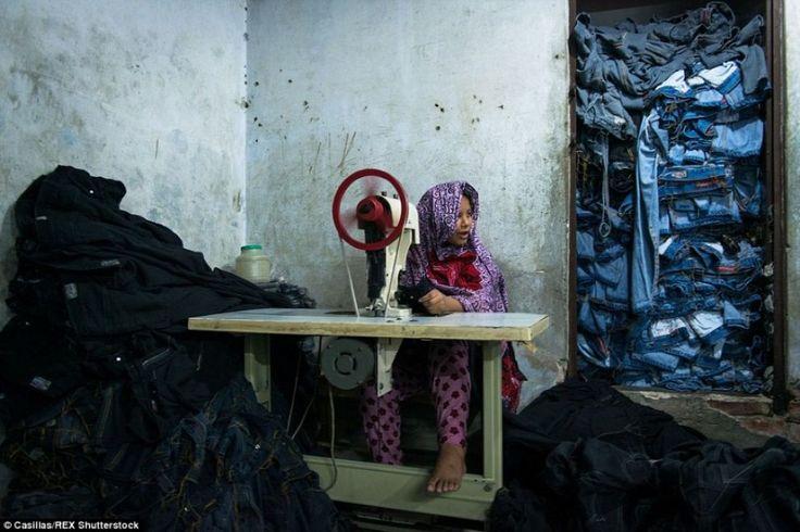 Una ragazza alla sua postazione di #lavoro in mezzo a un mucchio di #bluejeans. (© Casillas/Rex Shutterstock). #Bangladesh, le #foto dei #bambini nelle fabbriche di vestiti su Lettera43 http://l43.it/1HCJcIJ #fotografia