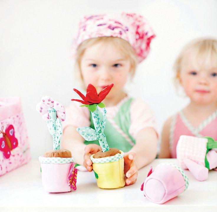 SET DE JARDINERÍA Un maravilloso conjunto de pequeño jardinero con todo lo que ello implica.Tiene semillas, herramientas de jardín, macetas con flores y hasta una regadera!. 14 piezas. http://www.babycaprichos.com/set-de-jardineria-infantil.html