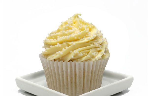 A Ganache de Chocolate Branco em Ponto de Bico é uma forma prática e deliciosa de decorar seus bolos, bolos de pote e cupcakes. Experimente! Veja Também: G