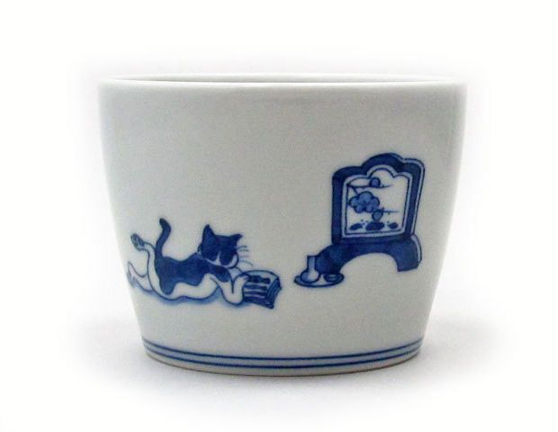 雨の休日に。京都・伏見の風龍窯さん作、猫が読書している「猫の染付そばちょこ」|ローカルニュース!(最新コネタ新聞)京都府 京都市|「colocal コロカル」ローカルを学ぶ・暮らす・旅する