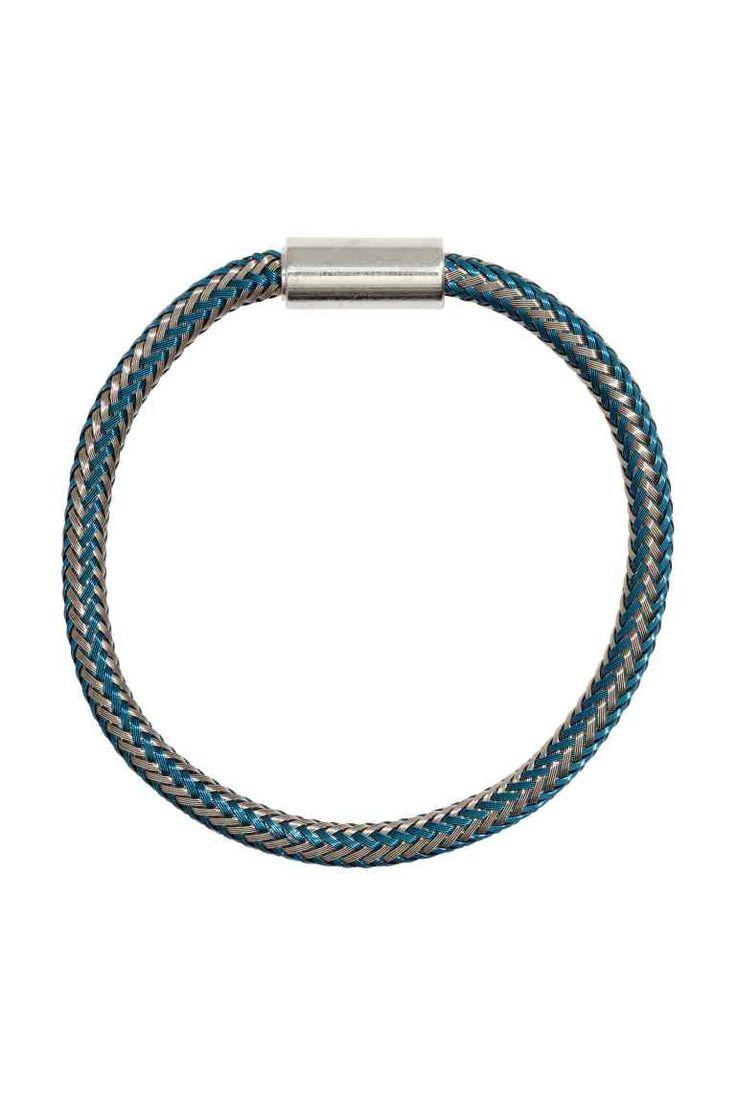 Metalowa bransoletka: Bransoletka z plecionego drutu z magnetycznym zapięciem.