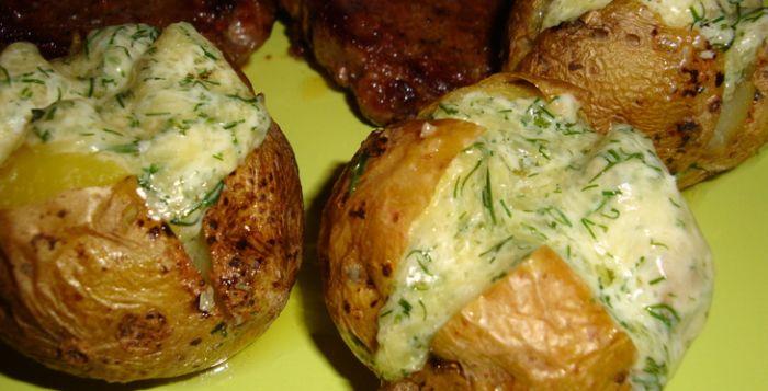Zemiaky sú častou súčasťou hlavných jedál, polievok ale aj predkrmov. Dajú sa pripraviť na množstvo spôsobov, či už v podobe zemiakovej kaše alebo hranolčekov. Dnes vám ponúkame zemiaky, plnené skvelou plnkou, ktorú si môžete prispôsobiť podľa vlastných chuťových preferencii. Ingrediencie 1 kg zemiakov 50 g tvrdého syra 30 g masla 1 PL majonézy 1PL nasekaného kôpru 1/2 ČL soli 4