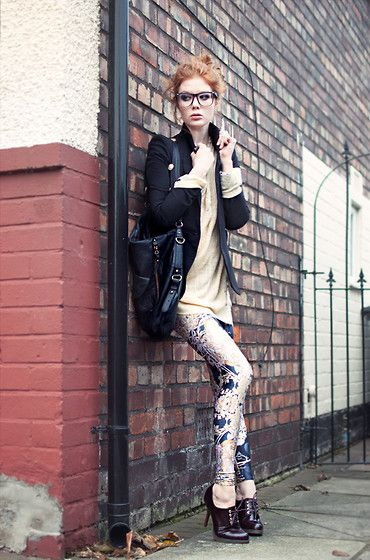 Not sure if I could pull off a pair of printed skinnys but this girl looks so chic!