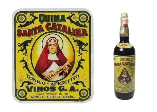 """Quina Santa Catalina. Quina Santa Catalina es un vino dulce de 15º que en los años 40, 50 y 60 se administraba a los niños, cuando mostraban decaimiento o estaban desganados, como remedio casero. Incluso si se llamaba al medico de cabecera era costumbre que este les recetara una copita de quina antes de las comidas y si era necesario algun jarabe específico. La publicidad de esta bebida decia: """"Quina Santa Catalina, es medicina y es golosina"""" y como tal se aceptaba y administraba."""