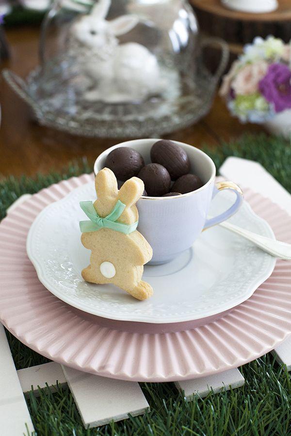 Mesa de Páscoa - decoração rústica e com toque infantil - biscoito de coelho e ovinhos de chocolate - mesa posta - mix de louças ( Decoração: Fabiana Moura | Flores: Mariana Bassi )