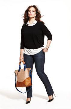 Look clásico para mujeres con curvas. Jersey negro, camisa blanca, vaqueros y maxi bolso. Jeans #plus #size