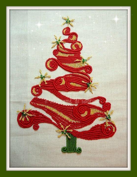 Albero di Natale in cotone e lurex in macramè margarete su disegno trovato in Pinterest