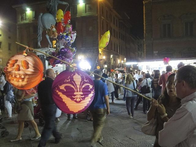 Lantern festival (Rificolona) in Piazza Santissima Annunziata, via Flickr.
