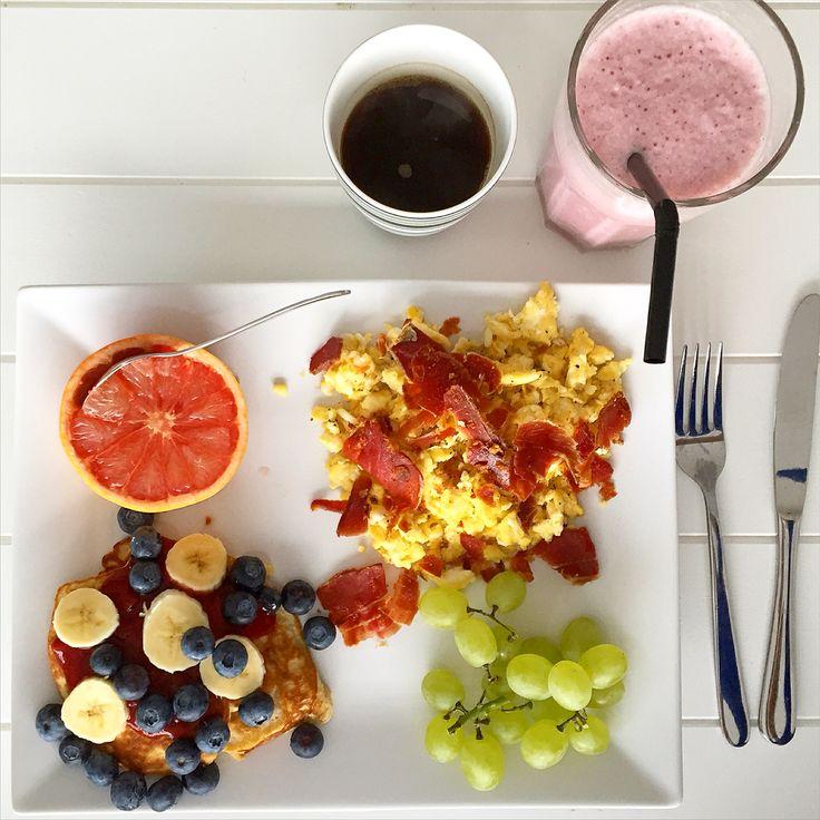 Brunch - protein pandekager, grape, vindruer, æg, skinke, smoothie og kaffe :-)
