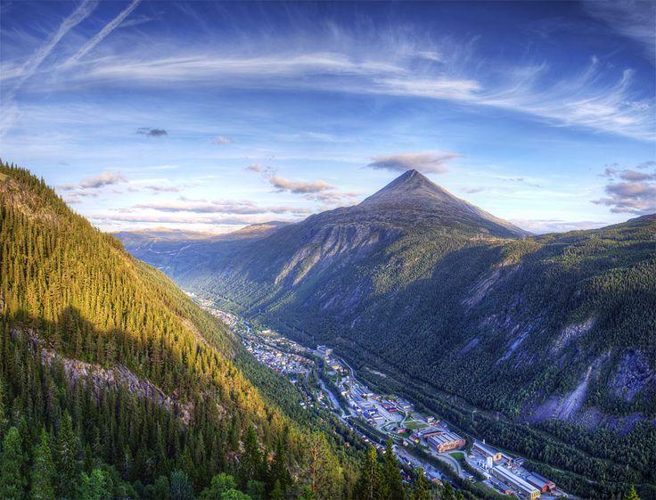Panorama over Rjukans spektakulære beliggenhet med Gaustatoppen i bakgrunnen