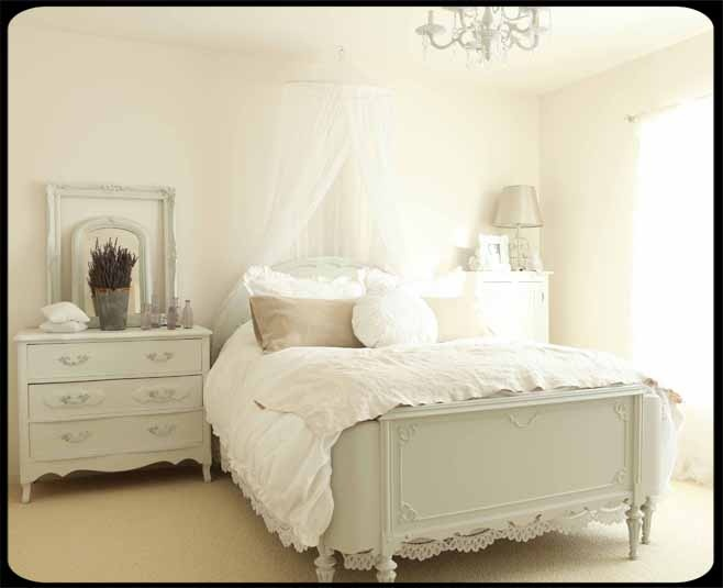 Pretty!: Dreams Bedrooms, French Bedrooms, Shabby Chic, Wall Color, White Beds, Paintings Cottages, Dreamy Bedrooms, Gorgeous Beds, All White Bedrooms