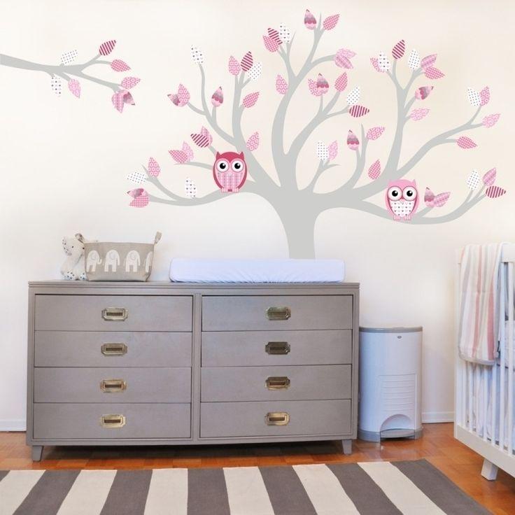 sticker mural chambre bébé avec hiboux tapis à rayures en blanc et gris