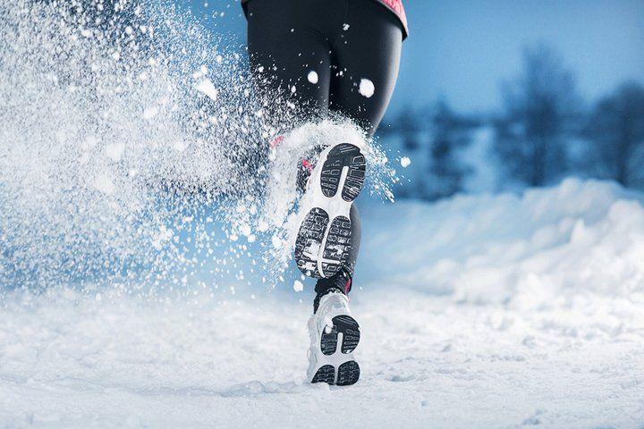 Jak przygotować się do biegania zimą? Wiele osób rezygnuje z biegania w porze zimowej, a wystarczy odpowiednio się przygotować aby bezpiecznie biegać zimą.