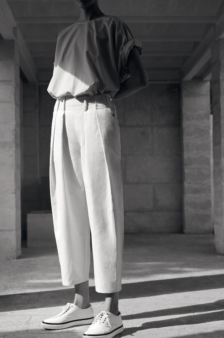 hermès vestiaire d'été 2015...pleated trouser in cotton and linen canvas, bell t-shirt in cotton and silk seersucker, sneakers in epsom calfskin. #hermes #hermesfemme #womenswear #fashion
