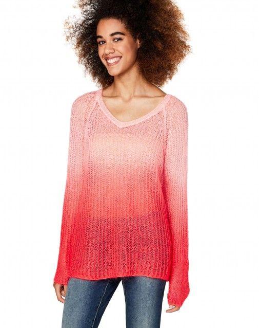 Langer Pullover aus einer Mohair-Mischung mit Lochmuster, Farbverlauf, V-Ausschnitt und langen Raglan-Ärmeln. Die Besonderheit dieses Pullovers besteht in seiner Verarbeitung glatt rechts an den Ärmelbündchen sowie am Saum unten. Zudem kann der Pullover a