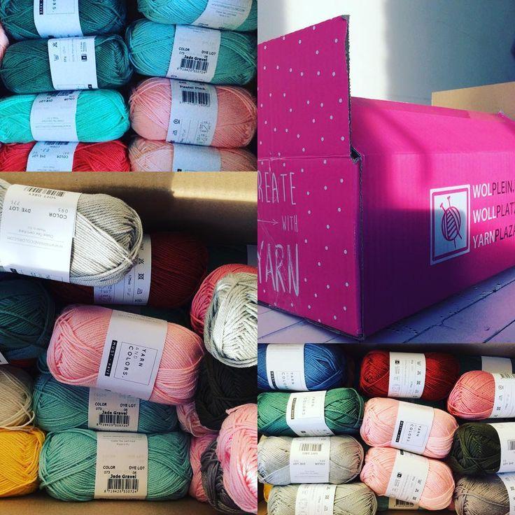 Kom je chagrijnig thuis uit je werk, staat er een roze doos met witte stippen van @wolplein op je…'