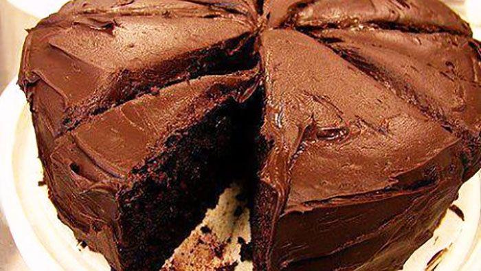 Préparation : Faites fondre le chocolat et le beurre, puis Mélangez le sucre et les oeufs, puis ajoutez la farine/levure, ensuite Incorporez le mélange beurre/chocolat,et mélangez bien versez dans un moule à manqué et faites cuire 30 mn dans un four préchauffé à 180°C. Préparez la ganach