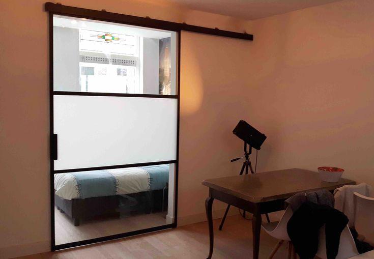 Schuifdeur met 3 vlakken, 1400 mm breed en uitgevoerd in mat en helder glas. Geproduceerd en geplaatst door Mijn Stalen Deur.