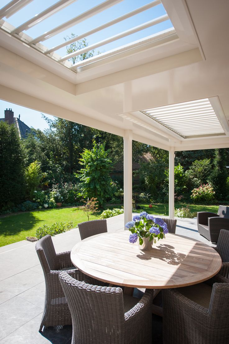 alfresco dining under a Louvretec Opening Roof