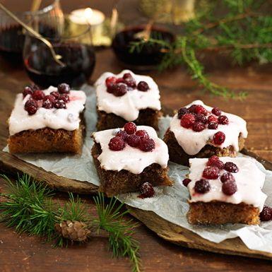 Ingen glögg utan pepparkaka! Men skippa den traditionella hårda pepparkakan och baka en mjuk och saftig pepparkaka med en syrligt fräsch färskosttopping i stället. Tranbären bryter av fint mot den söta kakan, rulla några av dem i socker för en frostig effekt!