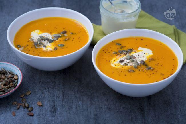 La vellutata di zucca e carote è una delicata crema, resa così speciale da una quenelle di creme fraiche e dei fragranti semi di zucca tostati.