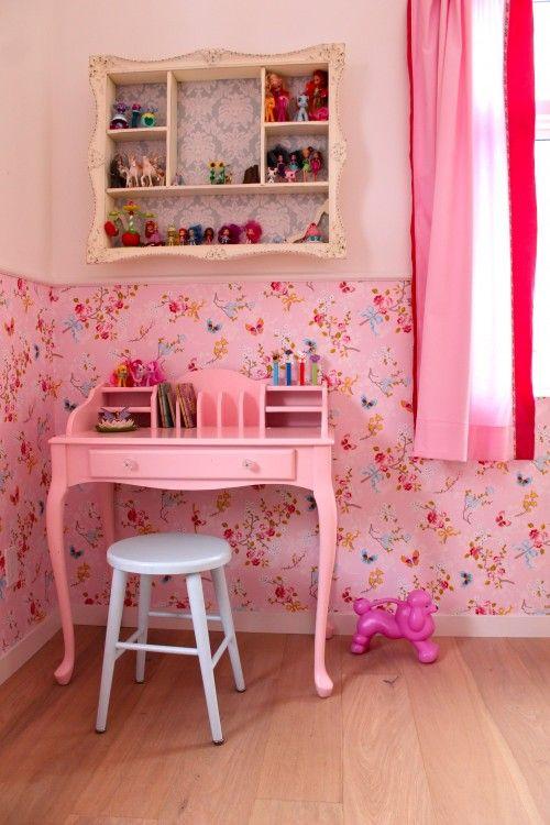 Girls bedroom, vintage desk, pink, Pip Studio wallpaper. Tonny Knoll Interior Design
