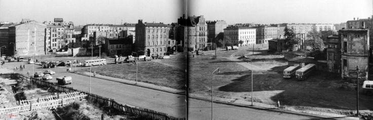 1961 , Widok na okolice skrzyżowania ulic Dworcowej i Kościuszki. Na tym pustym placu przez kilka lat istniała towarowa linia tramwajowa którą wywożono gruz z okolic ulicy Kościuszki ,Na skrzyżowaniu ulic Kościuszki i Dworcowej wybudowano słynny trzonolinowiec /a na pustym placu pojawiły się budynki mieszkalne i pawilon handlowy.