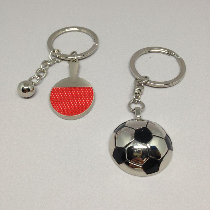 Llaveros cromados de pelota de fútbol y raqueta y pelota de pin pon.