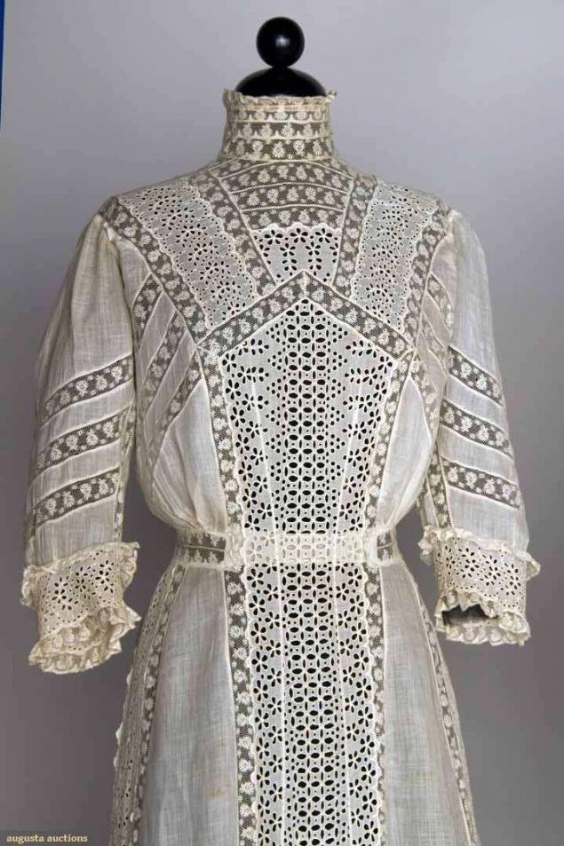 Кружевные шедевры: чайные платья В начале ХХ века становится модным проводить время на свежем воздухе. Платья для таких случаев шили из батиста и хлопка, чтобы не было жарко. Цвета выбирали светлые. Длинные рукава и высокие воротники-стойки защищали нежную кожу от солнца. Главным украшением таких платьев были кружева.  Эти платья называли чайными (tea dress, tea gown), или платьями для лужаек (lawn dress).