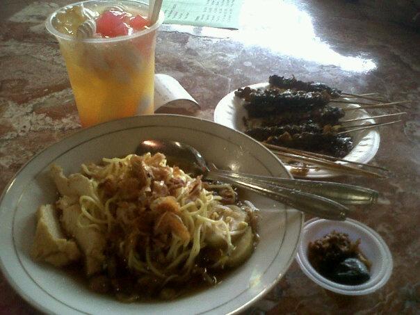 Lontong mie + sate kerang+ es campur Surabaya @ food court pasar Atum, Surabaya. Date of visit: April 2010