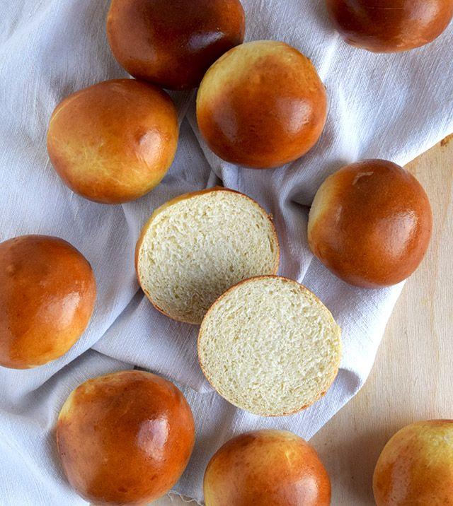 Bløde og luftige bamseboller, der nemt kan bages en eftermiddag, hvis lysten til lyse boller melder sig. De bløde boller er den perfekte thebolle eller fødselsdagsbolle, som kan gøre enhver lykkeli…