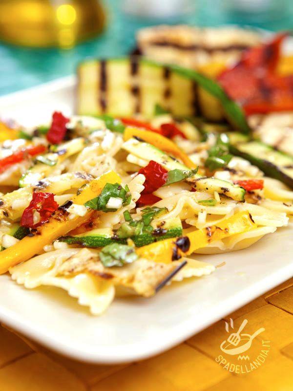 Pasta salad with grilled vegetables - Se dovete accorciare i tempi per preparare la vostra Insalata di farfalle con verdure potete usare le verdure grigliate surgelate! #insalatadipasta #insalatadipastaconverdure