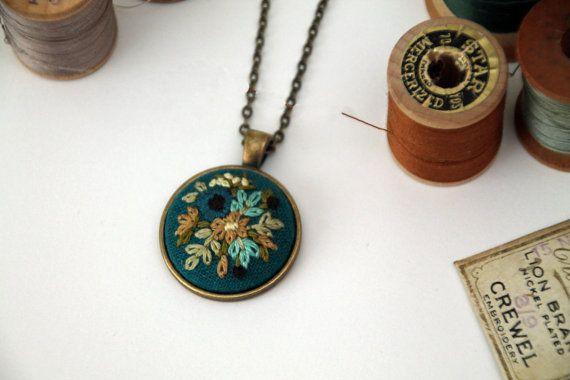 Collar bordado a mano  ramo de flores turquesa por IttyBittyBunnies