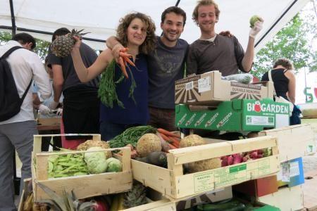 N'importe qui peut participer à la préparation de la disco-soupe, grâce aux fruits et légumes donnés par les maraîchers. Archives