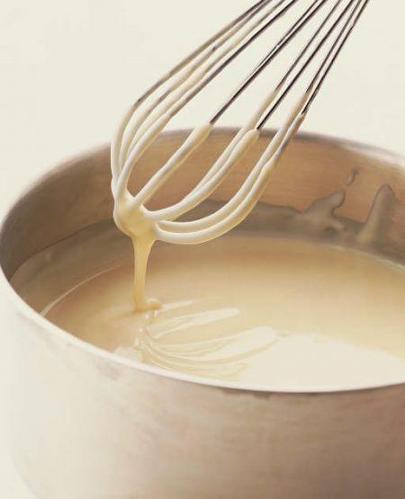 El último ingrediente para hacer nuestra lasaña es la besamela.Se puede comprar  ya preparada también.