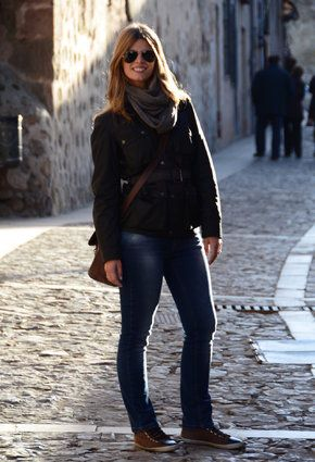 abrigo café con jeans