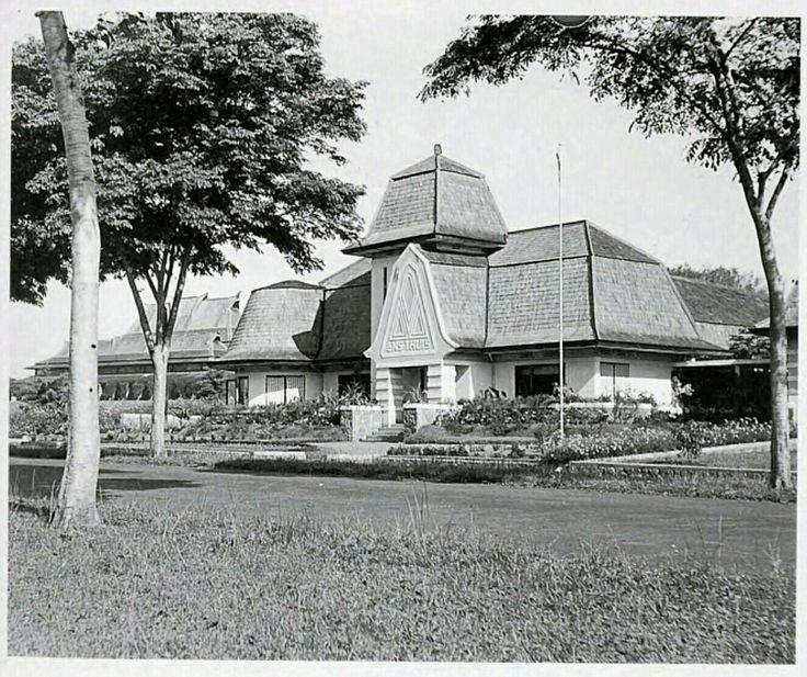 """De villa """"Ons Thuis"""" aan de Hoogeschoolweg te Bandoeng circa 1930."""