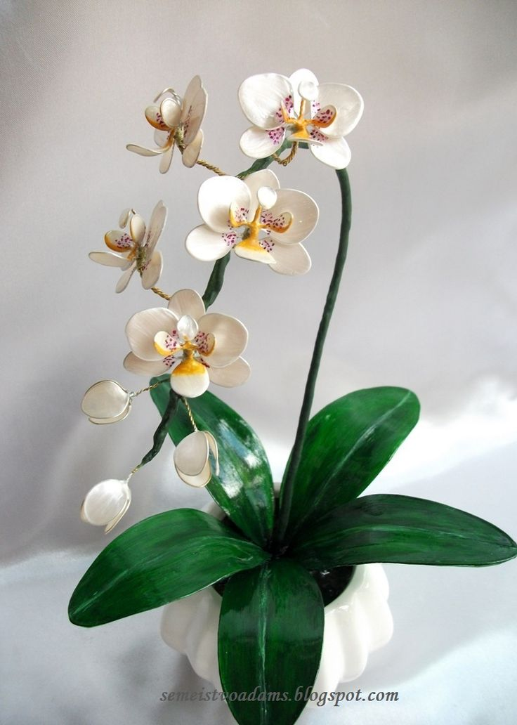 A step-by-step tutorial on how to make an orchid from wire and nail polish by semeistvoadams.blogspot.com