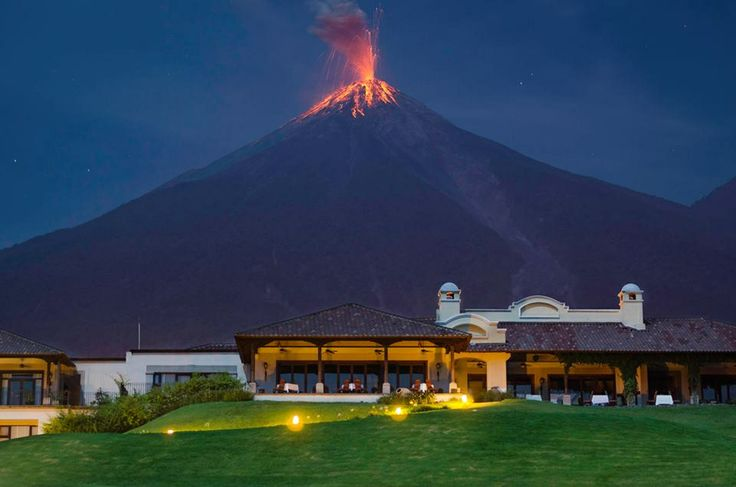 Volcán de Fuego Guatemala visto desde La Reunion Golf, Resort & Residences