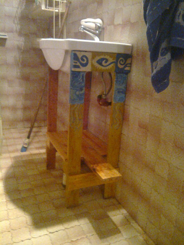artefacto hecho con maderas de pallets para sostener la bacha del baño y tiene el agregado de trabajo en hilos el cual realizo aparte y luego adhiero.